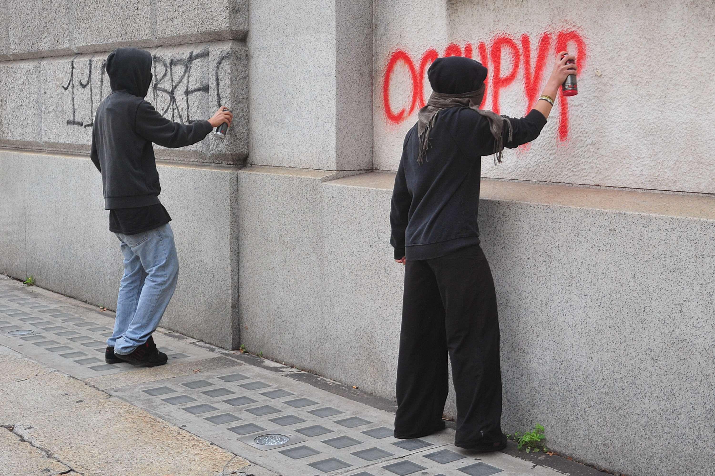 Blitz studenti alla sede della provincia i muri imbrattati - Scritte muri casa ...