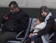 Una famiglia siriana alla stazione Centrale (Fotogramma)