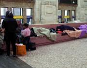 Siriani accampati alla stazione Centrale (Fotogramma)
