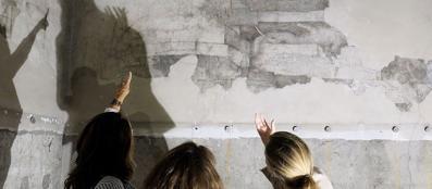 La pittura murale detta «Monocromo» (Fotogramma)