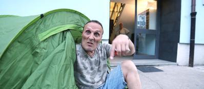 Emanuele Tatone protesta sotto una tenda, luglio 2013 (Newpress)