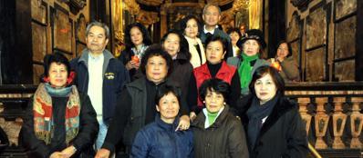 Fedeli filippini alla messa in inglese e in tagalog alla Chiesa del Carmine (Fotogramma)