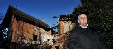 Giuseppe Negri davanti alla casa diroccata dove abitavano i suoi genitori (foto Roby Bettolini)