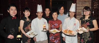 Lo staff del ristorante Al Bon Wei in via Castelvetro (Fotogramma)