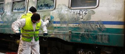 Al Lavoro Per Ripulire I Treni Dai Graffiti Omnimilano