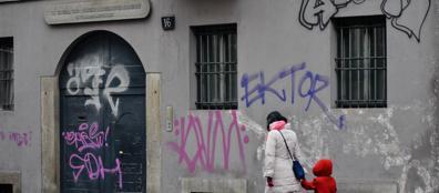 Imbrattata la casa del manzoni scritte sui muri battaglia - Scritte muri casa ...