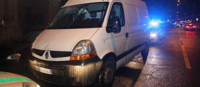 Il furgone abbandonato in via Fiamma dall'investitore (Newpress)