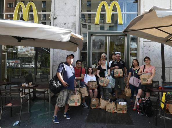 I dipendenti abbandonano la sede, dopo l'improvvisa comunicazione della chiusura del ristorante (Fotogramma)