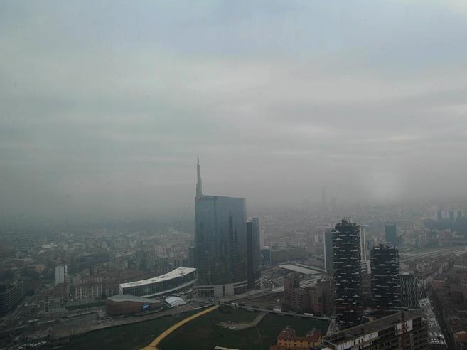 Smog,  Milano   niente auto per tre giorniAnche Roma verso il blocco|Immagini