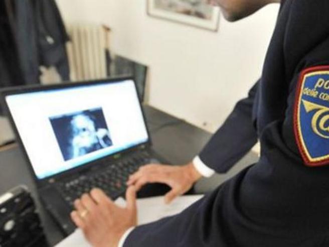 Fa sesso con ragazzina di 13 anni conosciuta sul web: arrestato 64enne