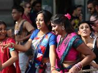Un'esplosione di canti e colori, in centro sfilano gli Hare Krishna