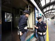 Palpeggia una ragazza in un negozio della Stazione Centrale: arrestato