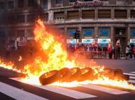 Corteo per l'operaio ucciso da Tir Blitz alla sede Gls e copertoni bruciati