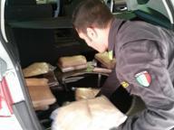 Nascosti nel sottofondo dell'auto 18 chili di cocaina: arrestato corriere