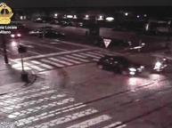 Milano, auto investe ragazze in moto e fugge. Il Comune diffonde un video «Chi ha informazioni ci chiami»