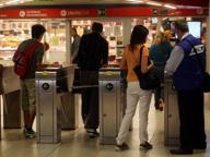 Saltano i tornelli in metrò e picchiano vigilante: un arresto e due denunce