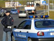 Auto in fuga sperona vetture, per fermarla la polizia spara alle gomme