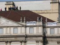 Si arrampica sul tetto della Scala per il no al referendum |La diretta