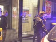 Entra nel market con un coltelloRissa con i clienti: arrestato