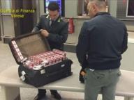 Le sigarette nascoste nel trolley: il contrabbando viaggia in aereo