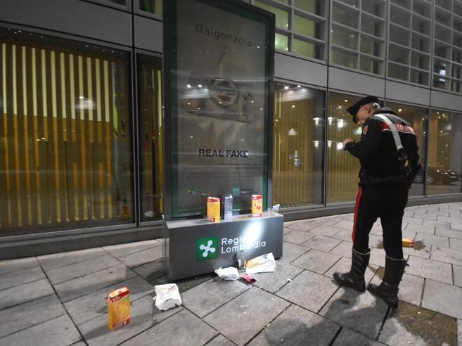 Ancora violenza a Milanodue giovani accoltellati sottola sede della Regione|Le foto