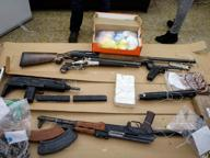 In casa aveva droga, armi e divise dei carabinieri: arrestato 22enne