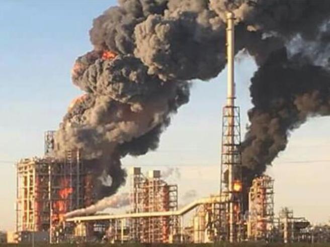 Pavia, incidente alla raffineriaFiamme e fumo nero    Impianto evacuato Foto