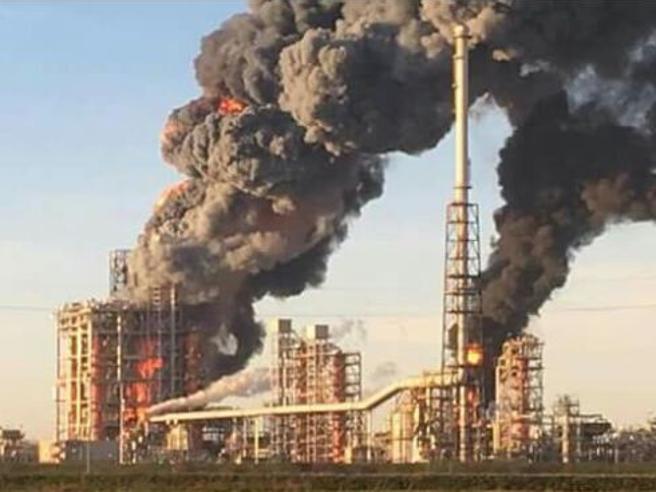 Pavia, esplosione alla  raffineria Foto«Cittadini, chiudetevi in casa»|Il video