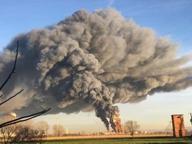Fiamme e fumo alla raffineria Eni Il Comune: «Restate chiusi in casa» Operai nei bunker antincendio