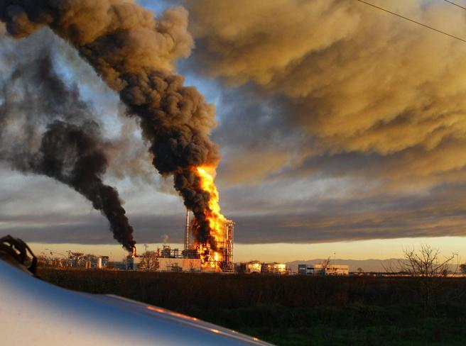 Raffineria in fiamme: «Nessun pericolo per l'aria» Foto|Video