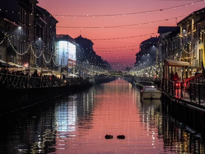 Milano, le luminarie di NatalePromosse e bocciate|Le fotoDaverio: «Effetto anarchia»