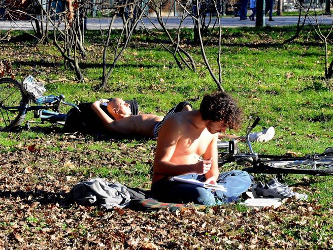 Se questo è inverno: a Milano si sfiorano i  20 gradi  (e c'è chi prende il sole) foto