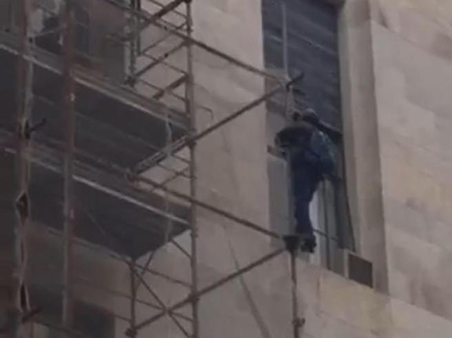 Milano, minaccia di lanciarsi da impalcatura del Tribunale «Da 12 anni la giustizia non mi lascia in pace» Le immagini