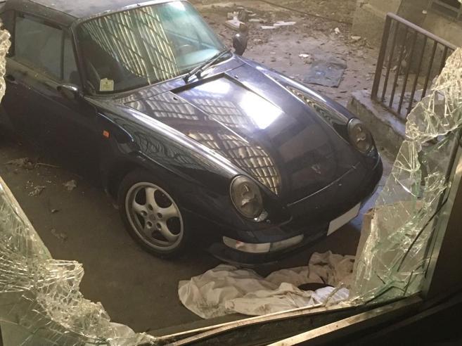 Quella  Porsche abbandonata   nel  manicomio fantasma Foto