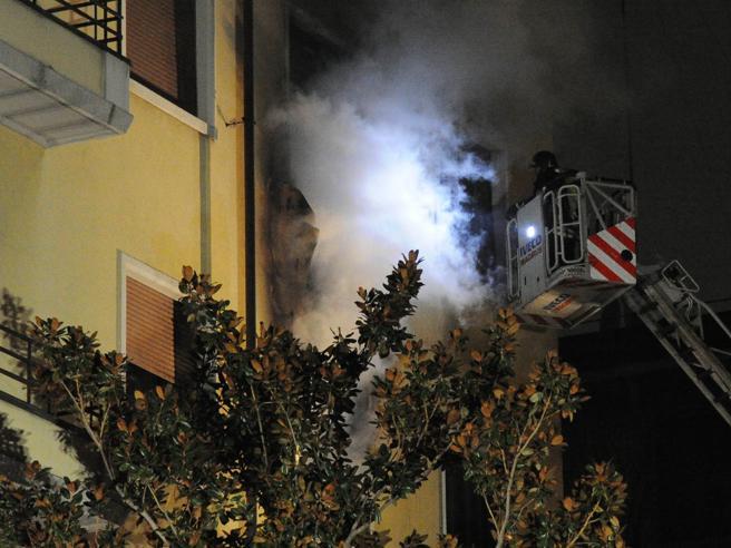 Milano, rogo in una casa del centro. Muore donnaLe foto|La diretta: video