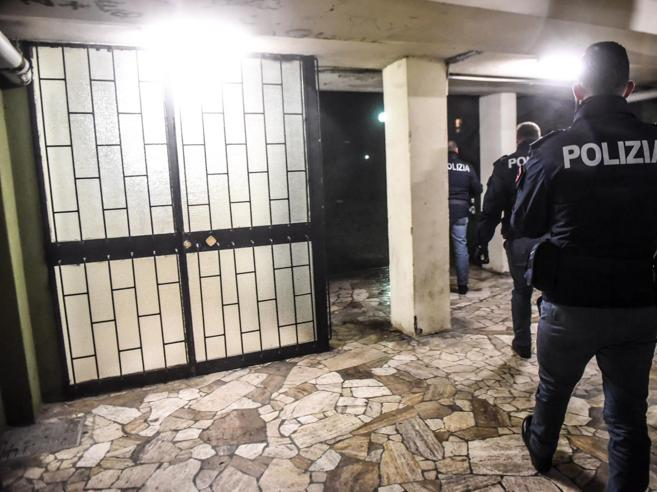 Milano,  segretaria di scuola trovata morta in casa. È caccia all'assassino