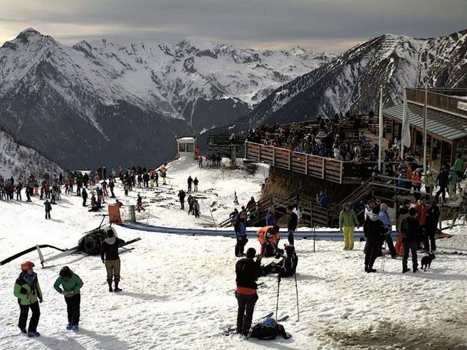 Elicottero cade tra gli sciatoria pochissimi metri dal  rifugioPaura tra i turisti|Immagini