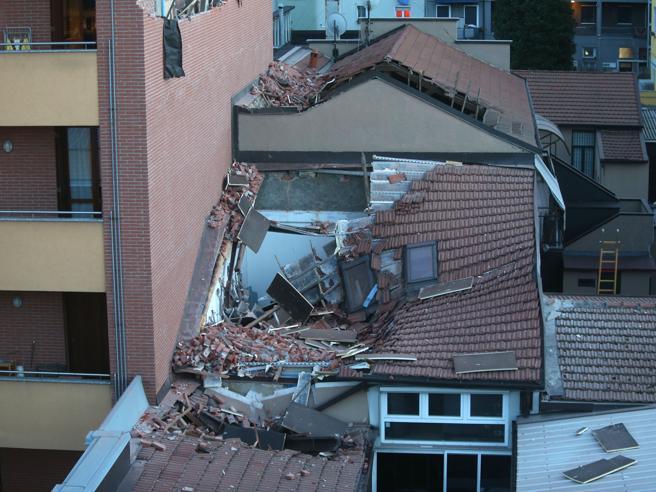 Crolla facciata di una palazzina, l'intonaco cade sul tetto di un'officina Foto Video Live