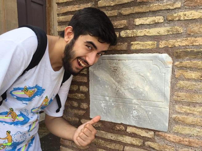 Milano, 20enne perde chiavi dell'auto nel tombino e muore affogato per recuperarle