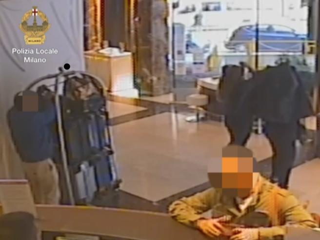 Rubavano valigie ai turisti  nelle hall degli alberghi: arrestati Video