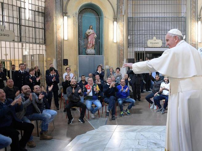 L'abbraccio del Papa a San VittoreTra pianti e sorrisi dei detenuti