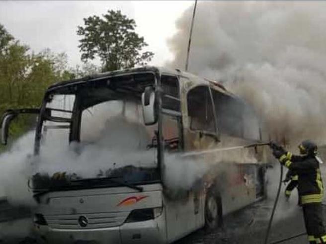 Prende fuoco in autostrada il bus di turistitedeschi Foto