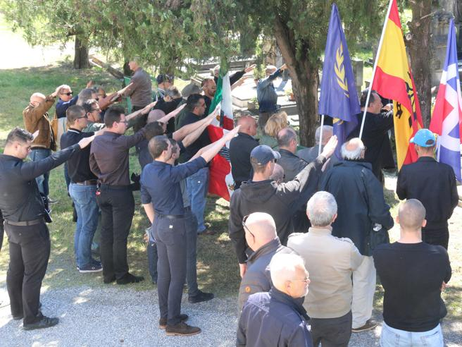 Ricordo Farinacci a Cremona:  nostalgici sfidano i divieti  Video