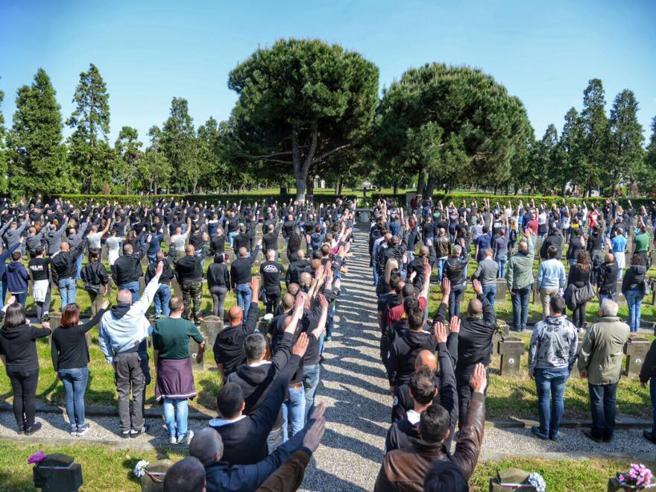 I neofascisti sfidano  i  divietiA Milano in mille per Ramelli  Foto|A Cremona per Farinacci