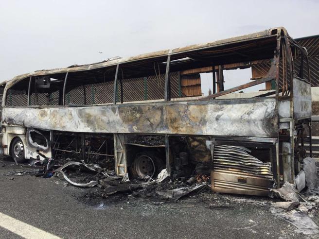 Pullman di scolari prende fuoco sull'autostrada A4, salvi bambini e maestre