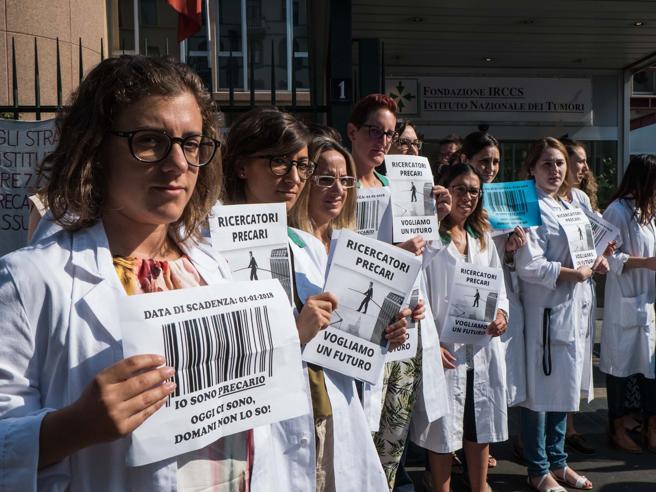 Milano, i mille ricercatori precari scendono in piazza: «Vogliamo un futuro» Le foto
