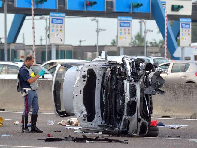 Alla barriera di Milano Sud,  travolge un'auto nella corsia opposta: un morto e sei feriti|Foto