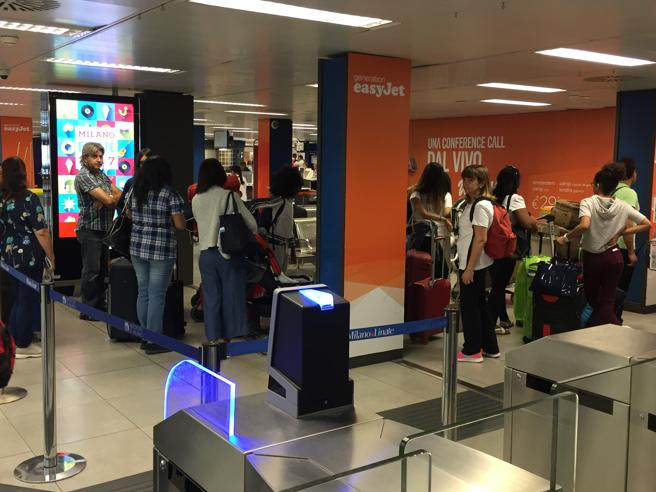 Milano, all'aeroporto di Linate salta  Internet:  code ai check-in e caos per 5 ore Foto|Video