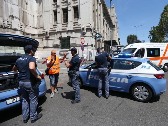 Milano, agente accoltellato in Stazione Centrale: arrestato migrante  Foto