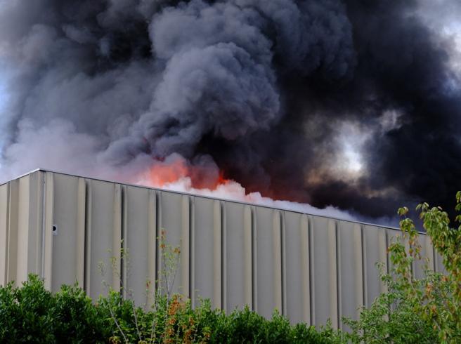 Milano, incendio in un impianto di stoccaggio rifiuti: evacuato  palazzo Foto|Video